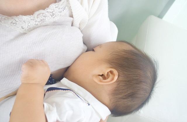 多数情况下, 母亲生病了还是可以继续母乳喂养的. 虽然药物或者细菌最终会通过血液循环而混进了乳汁, 但这不代表这样的母乳对宝宝有危害