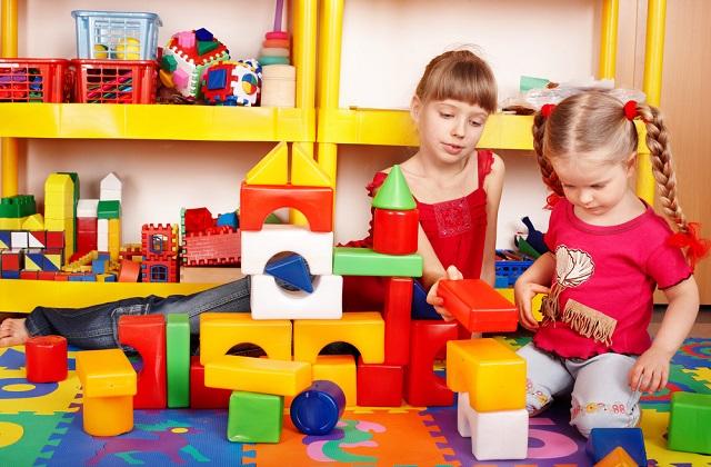 一岁以后,孩子有了一定的动手能力,喜欢自己动手参与。家长要利用这一点,教导孩子自己洗手