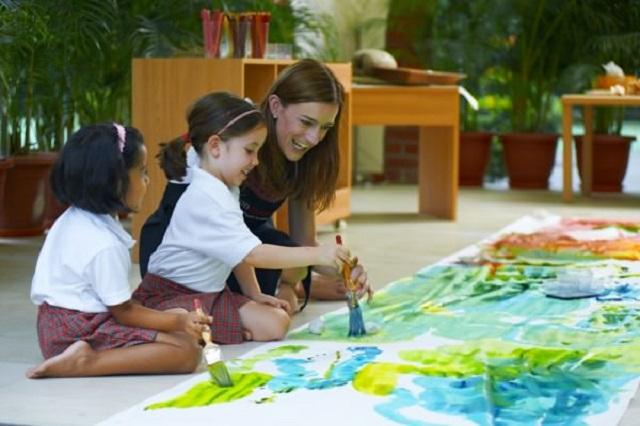"""艺术创作的过程是缓慢的,而孩子们却往往乐在其中,因为他们喜欢肆意挥洒画布或是让手指沾满粘土。可能你会问:如果最后没有成品,一切又是为了什么呢?也许对于很多家长和老师来说,只有看到成品才能算有""""结果""""的学习。我们对于""""作品""""的追求是否太过急于求成?但如果抛开这些,我们又该如何正确地培养孩子的艺术修养和创造力呢?"""
