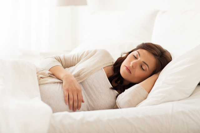 With the discomfort that comes with body changes, the frequent urge to urinate, nausea, heartburn, stress and anxiety, pregnant women may find it difficult to find the best position to fall asleep. This article provides expectant mothers with the recommended and most comfortable sleeping positions and several positions in which they should avoid.